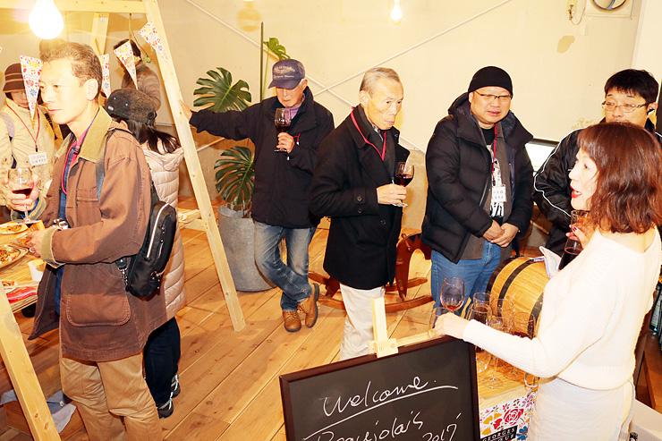 高橋さん(右)の解説を聞きながらワインを楽しむ参加者