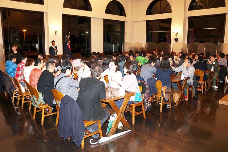 宇奈月麦酒館で食事を楽しみながら交流する参加者