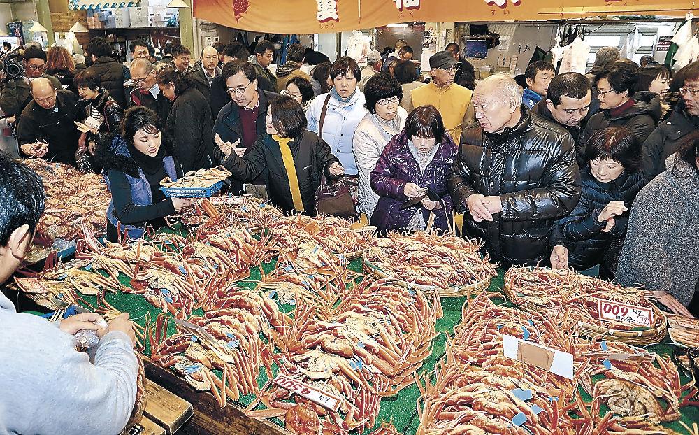 新鮮なカニを買い求める来場者=金沢港いきいき魚市