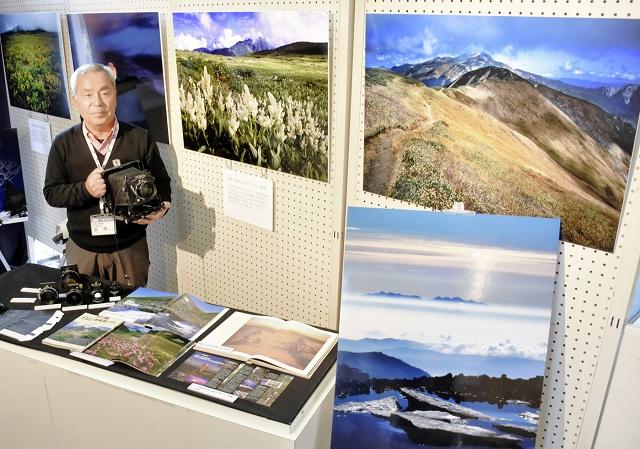 白山の写真を40年以上撮り続けてきた吉澤さんと作品群=福井市自然史博物館