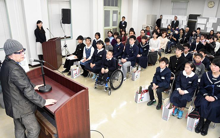 「富山の家族が持っている力を感じた」などと話すねじめさん(左)=富山銀行本店