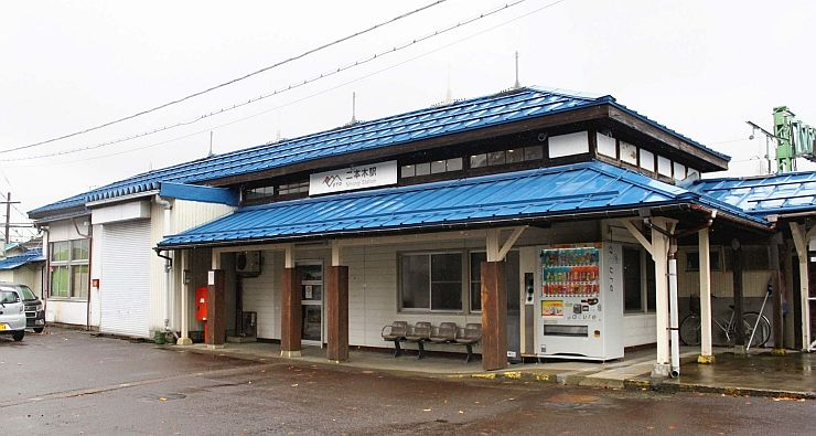 屋根と屋根の間にある高窓が復元された二本木駅=上越市中郷区