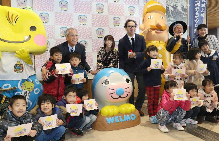 大塚いちおさん(中央右)らが参加したウェルモ像の除幕式=25日、上越市大和5