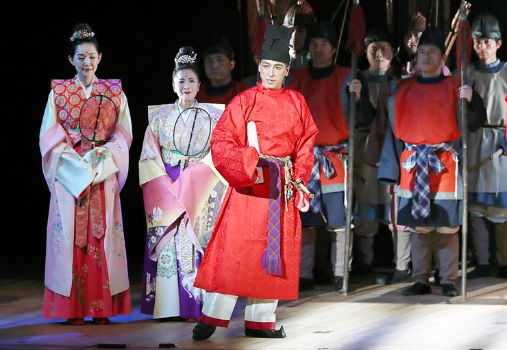 和泉元彌さん(中央)、とよた真帆さん(左)、池上季実子さん(左から2人目)らが出演した大伴家持生誕1300年記念の演劇=高岡市民会館