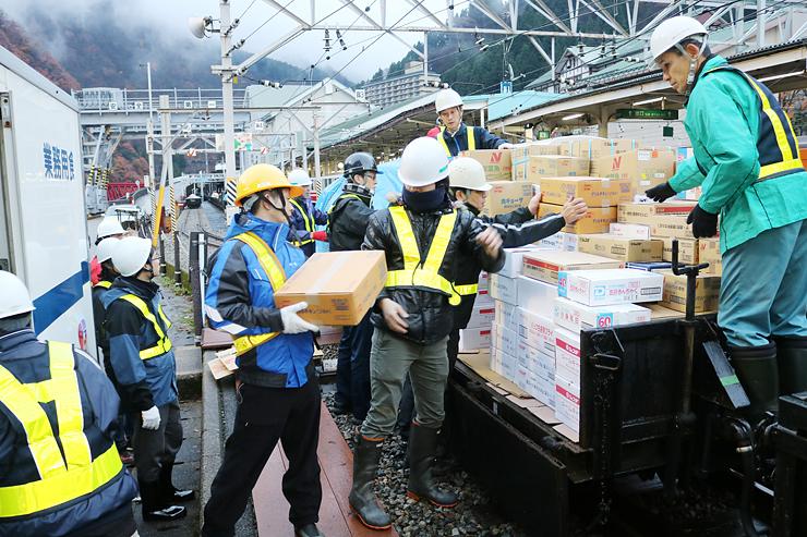 越冬物資を貨車に積み込む作業員=黒部峡谷鉄道宇奈月駅