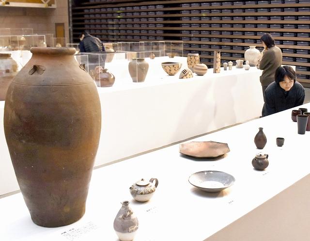 日本六古窯サミットに先行して開幕した巡回展=28日、越前町小曽原の越前陶芸村文化交流会館