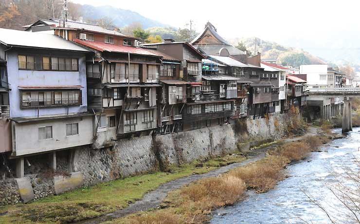 木曽町の木曽川沿いにある崖家造りの家並み