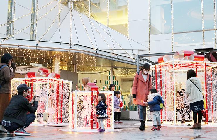 贈り物をイメージしたイルミネーションが置かれた前庭=富山市民プラザ