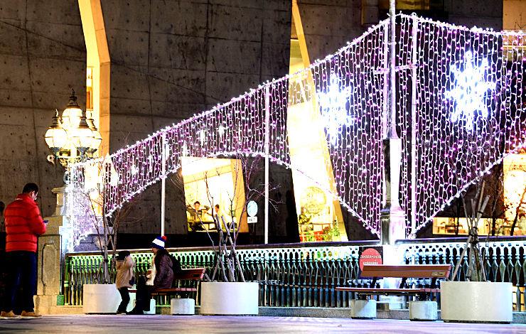 松本市の中心市街地で始まったイルミネーションの点灯=2日夜