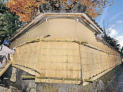 冬支度、土塀の薦掛け始まる 金沢・長町武家屋敷跡