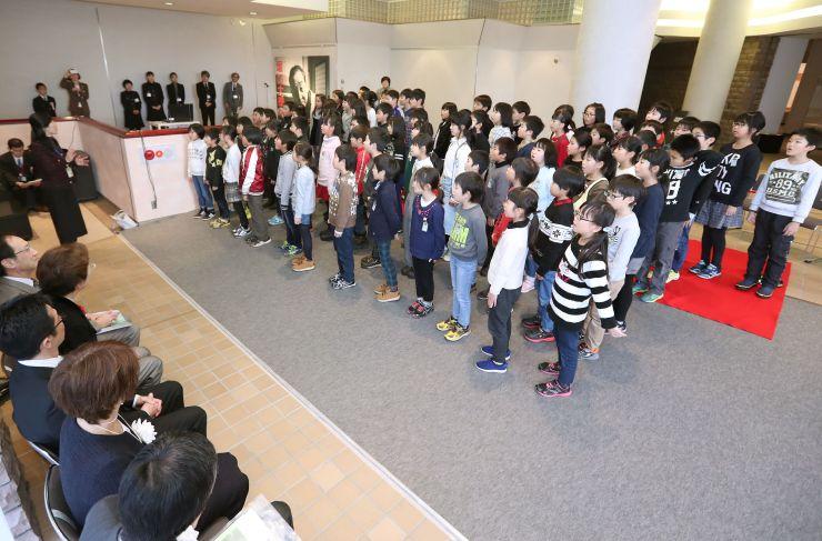 開場式で堀口大学作詞の校歌を合唱する上組小学校の子どもたち=1日、長岡市
