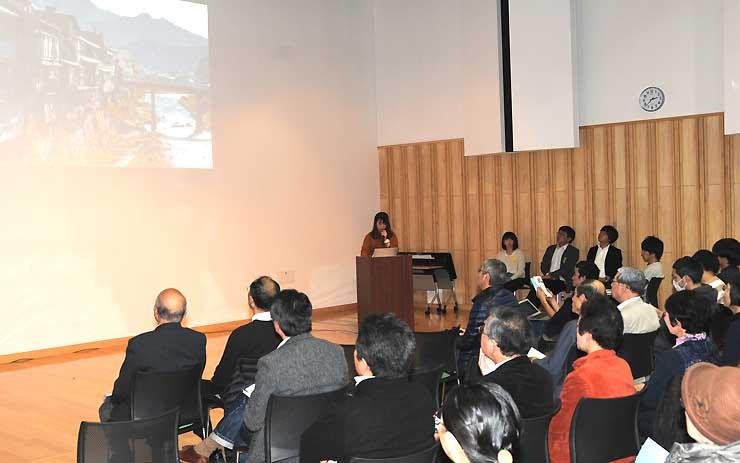 木曽町福島の「崖家」について、調査結果を報告する学生(中央奥)ら