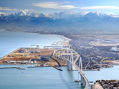 立山と新湊大橋が競演