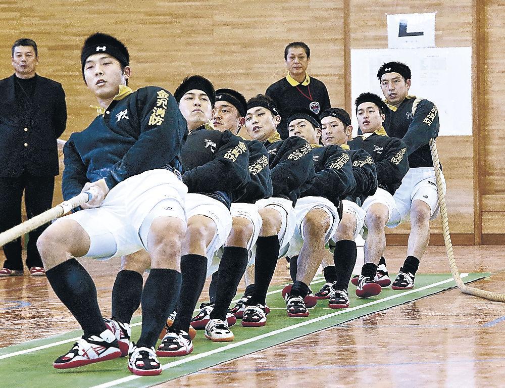 男子の部で4年連続29度目の優勝を果たした金沢レスキュー隊=金沢市営中央市民体育館