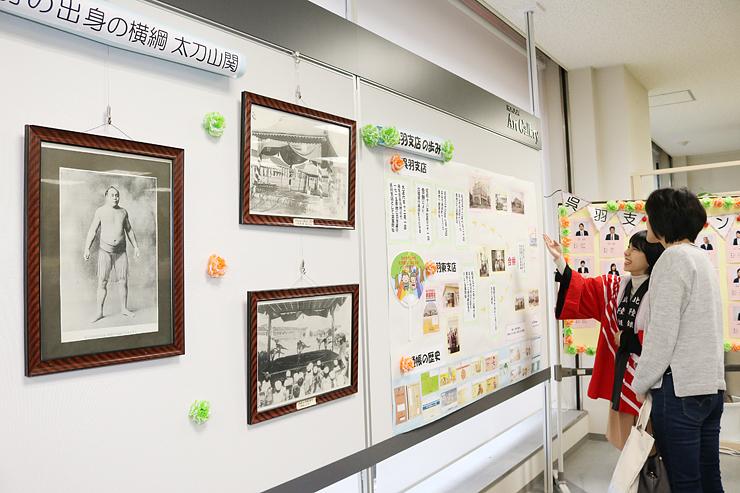 呉羽地域の古い写真や支店の歴史を紹介するロビー展