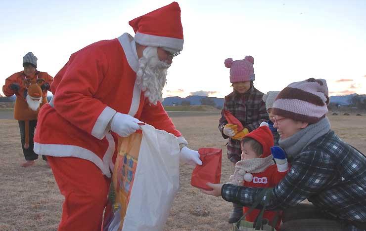 昨年の「空からサンタがやってきた」でサンタクロースからプレゼントを受け取る人たち