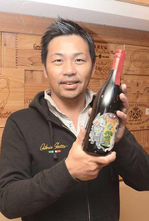 委託醸造したワインを持つ坂城葡萄酒醸造の成沢社長
