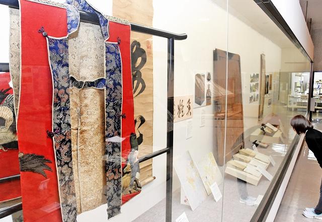 天狗党に関する史料が並ぶ企画展「天狗党と大野」=福井県大野市の同市歴史博物館
