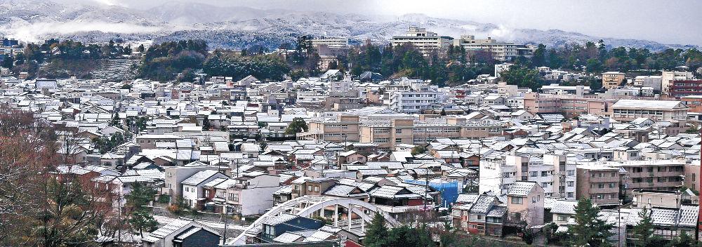 屋根にうっすらと積もった雪=6日午前8時15分、金沢市子来町の宝泉寺から