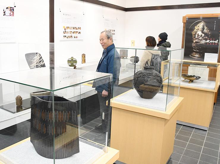 高岡銅器の逸品が並ぶ会場=高岡市鋳物資料館