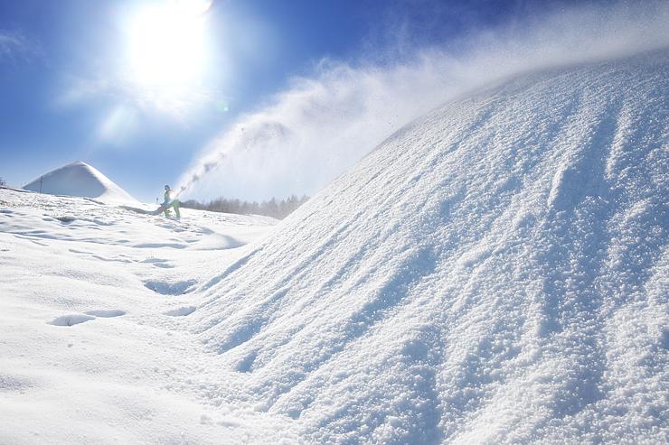 人工雪でできた山=牛岳温泉スキー場