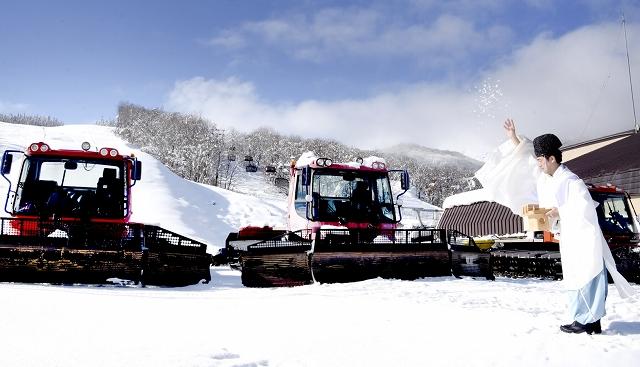 オープンを前に、シーズン中の無事を願い行われた祈願祭=7日、福井県大野市の福井和泉スキー場