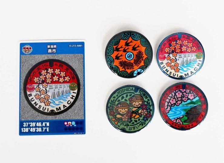 燕市のマンホールカードと、ふたのデザインを用いた缶バッジ