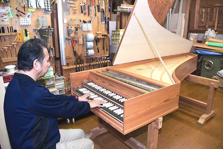 本体が出来上がった「八ケ岳チェンバロ」を演奏する久保田さん