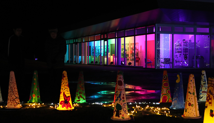 虹色に彩られたオープンギャラリー。屋外にはコーンなどを照らす「ライトガーデン」が広がる=アートハウスおやべ