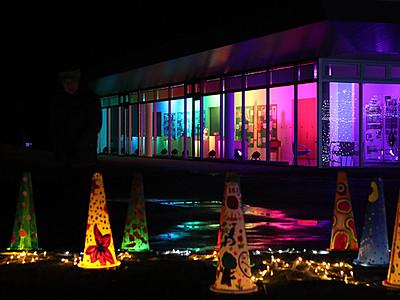 ガラス空間を虹色に アートハウスおやべ