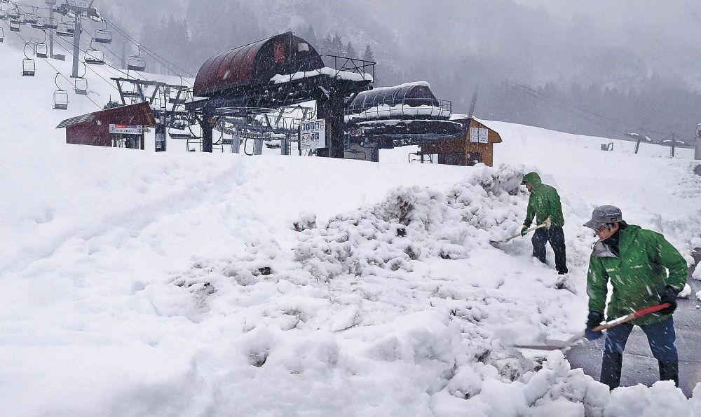 年内オープンに期待を込め、準備に追われるスタッフ=白山市の白山一里野温泉スキー場