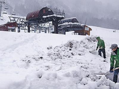 一里野温泉スキー場に積雪