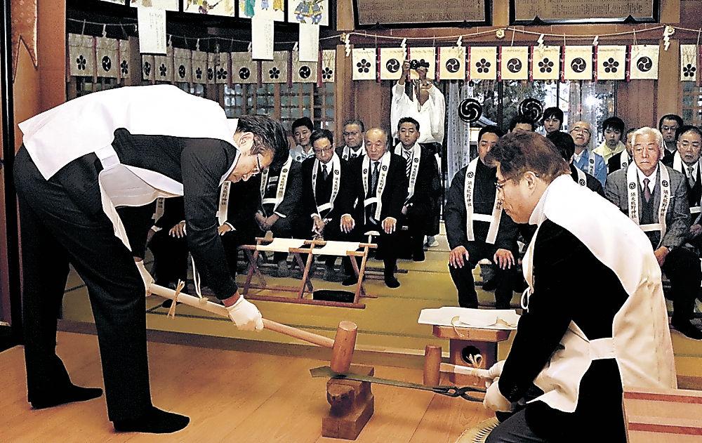 鉾を打ち固める儀式を執り行う参列者=小松市須天町1丁目の須天熊野神社