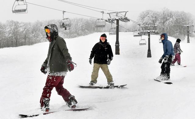 ゲレンデで滑りを楽しむスノーボーダーたち=8日、勝山市のスキージャム勝山