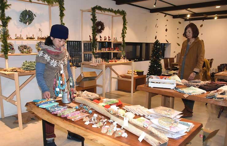 多彩な商品が並ぶ「クリスマスマーケット&カフェ」