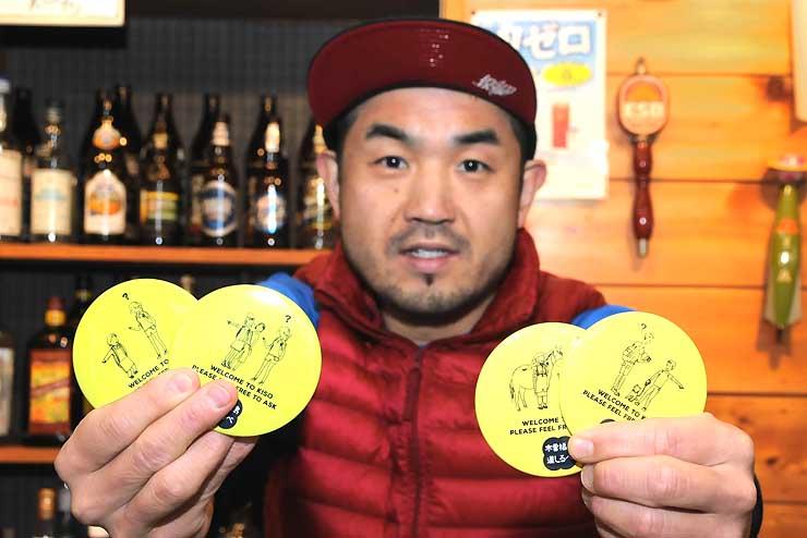 まちづくり木曽福島が作った缶バッジを手にする中村さん