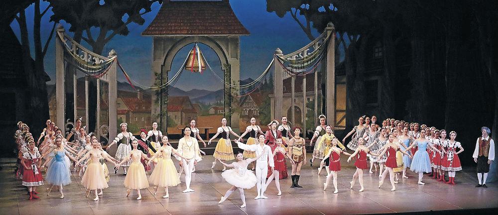 華やかな舞で節目の舞台を彩る出演者=金沢市の本多の森ホール