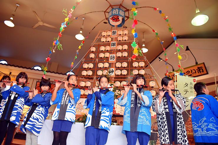 ミニたてもんの完成を祝い笛と太鼓ではやしを奏でる子どもたち=海の駅蜃気楼