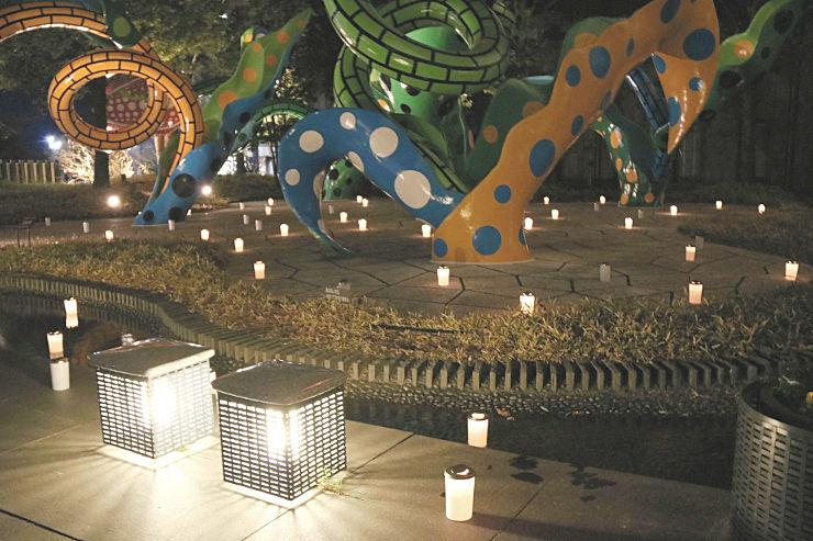 草間さんの作品をろうそくが彩った松本市美術館の「クリスマス・キャンドルナイト」