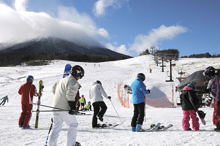 御嶽山を望むコースで雪の感触を楽しむスキーヤーら=開田高原マイアスキー場