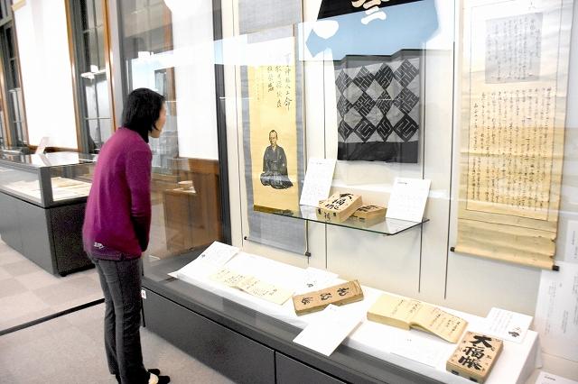 大和田荘兵衛の功績を記した資料などが並ぶテーマ展=8日、福井県の敦賀市立博物館