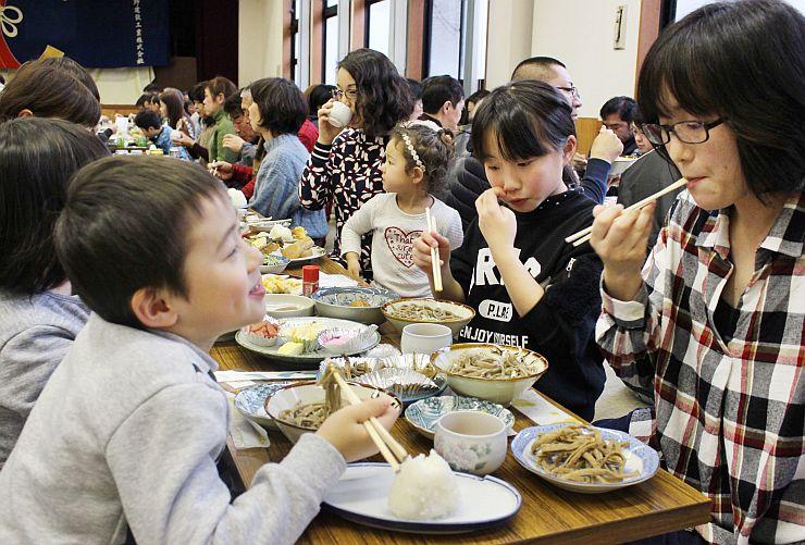 40年目を迎えた「大崎そばの会」。そばや郷土料理を味わう来場者=佐渡市羽茂大崎