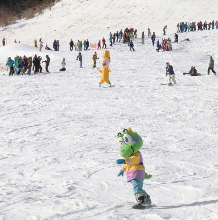 イベントで滑り初めをするゆるキャラたち=9日、湯沢町三国