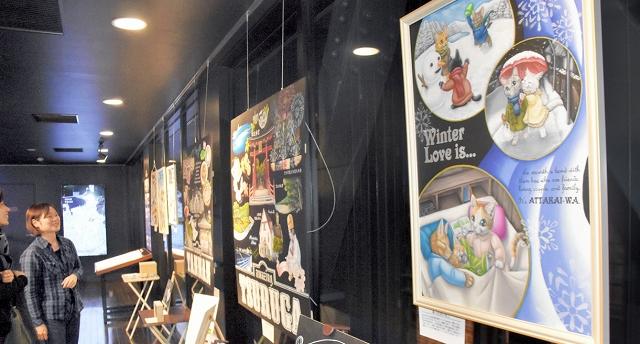 猫を描いたチョークアートなどが並ぶ作品展=11日、福井県敦賀市の敦賀赤レンガ倉庫