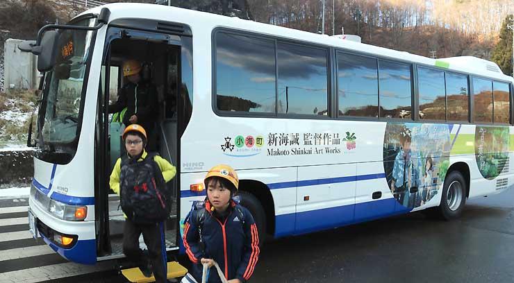 運行を開始した小海町営のラッピングバス。新海さんの作品をあしらっている