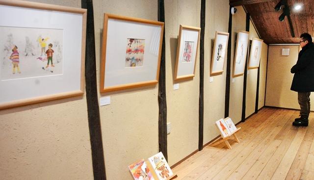 冬の子どもたちを描いた12点が並ぶ企画展「心おどる冬」=福井県越前市天王町の「ちひろの生まれた家」記念館