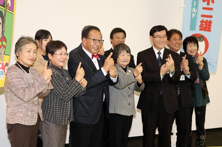 氷見市を訪問した「名探偵コナン」のまち・鳥取県北栄町の関係者=11月28日、市役所