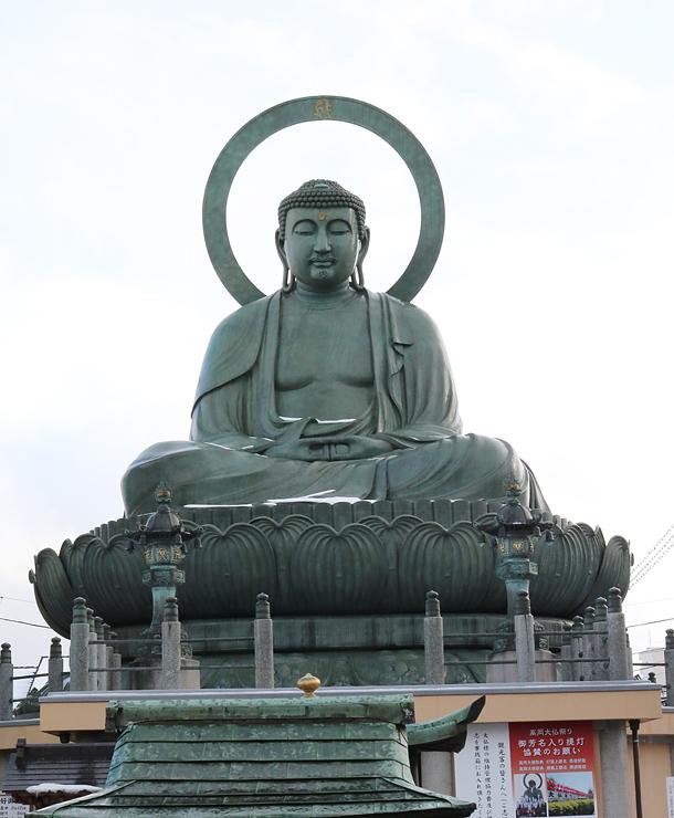 高岡銅器の象徴とされる高岡大仏=高岡市大手町
