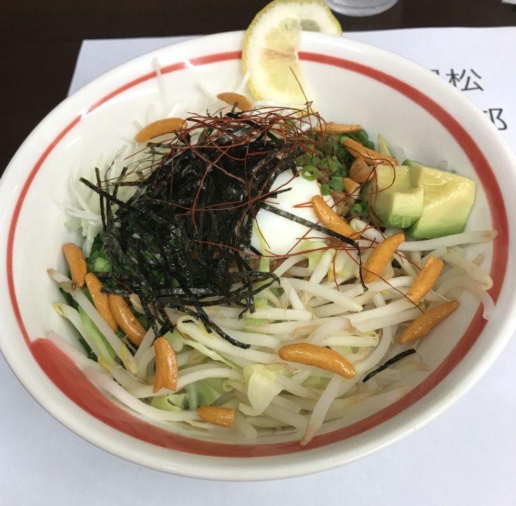 長岡商業高の生徒が考案したスープを入れない担々麺(長岡商業高校提供)