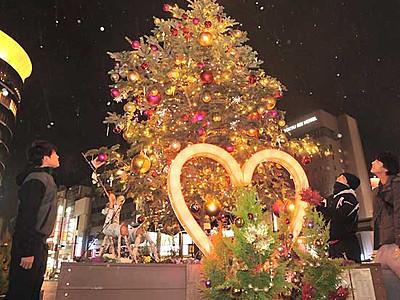 聖夜へ向け広場彩るツリー 長野駅善光寺口に温かな光